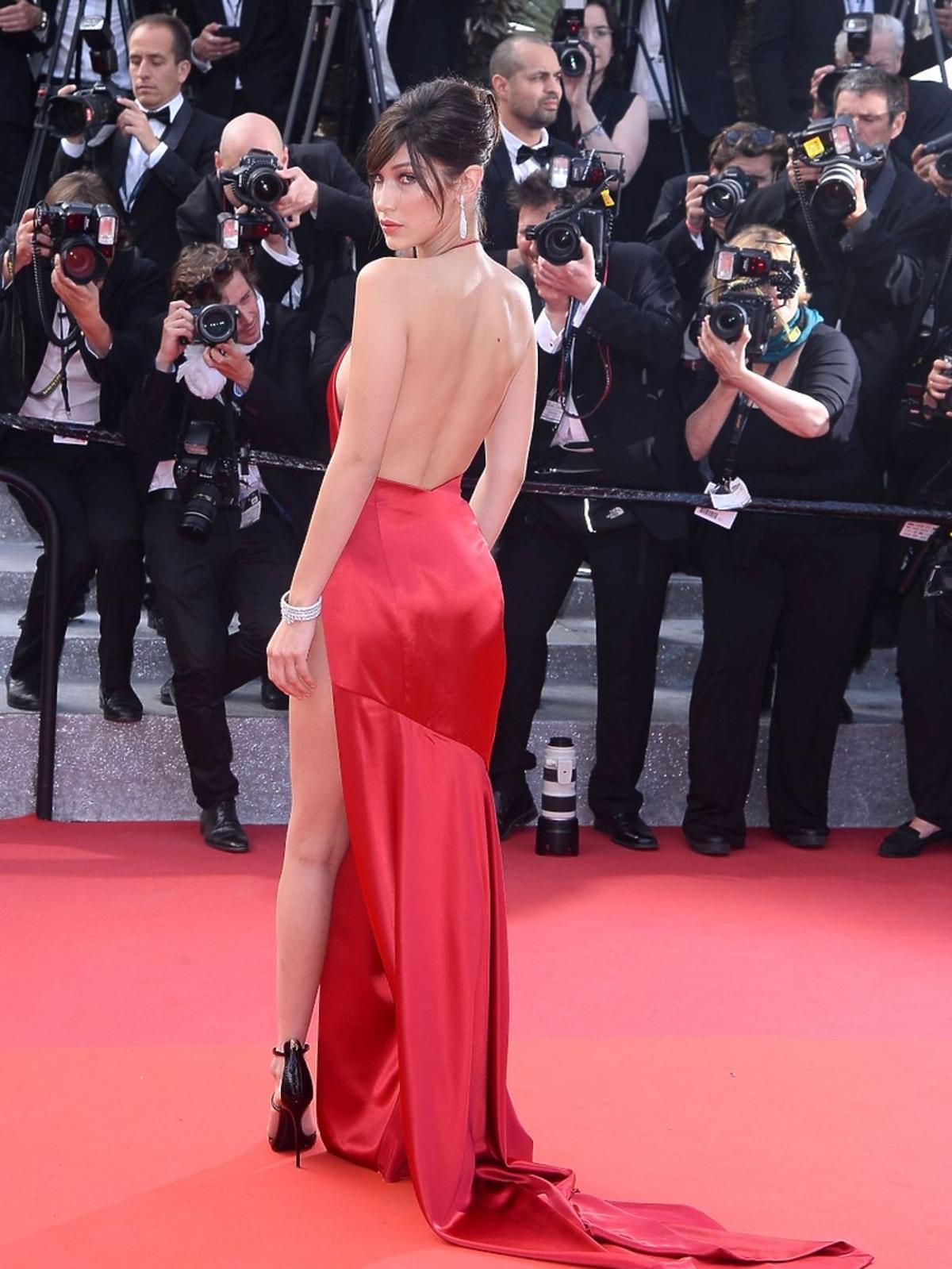 Bella Hadid w czerwonej sukni