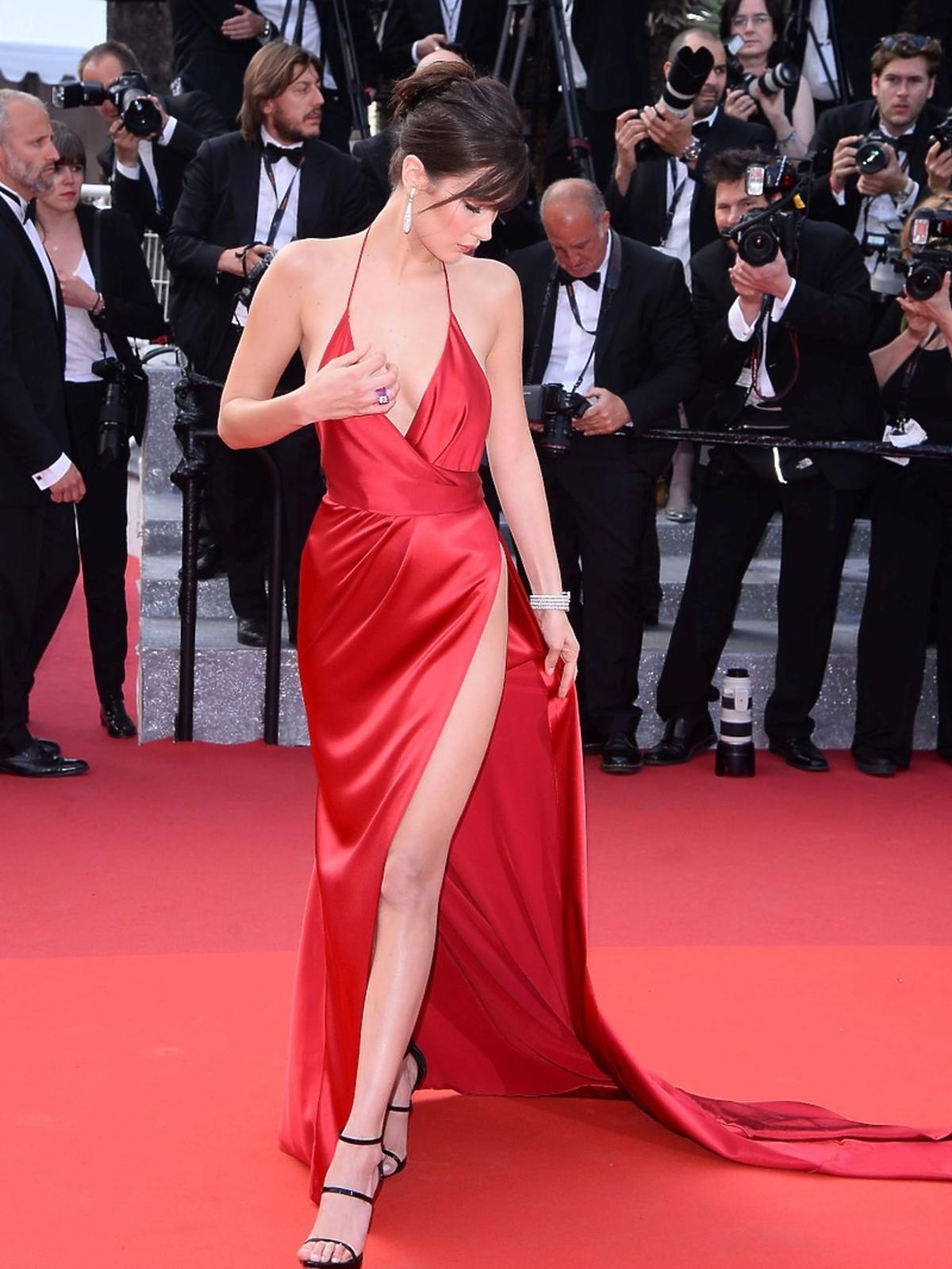 Bella Hadid w sukni z rozcięciem