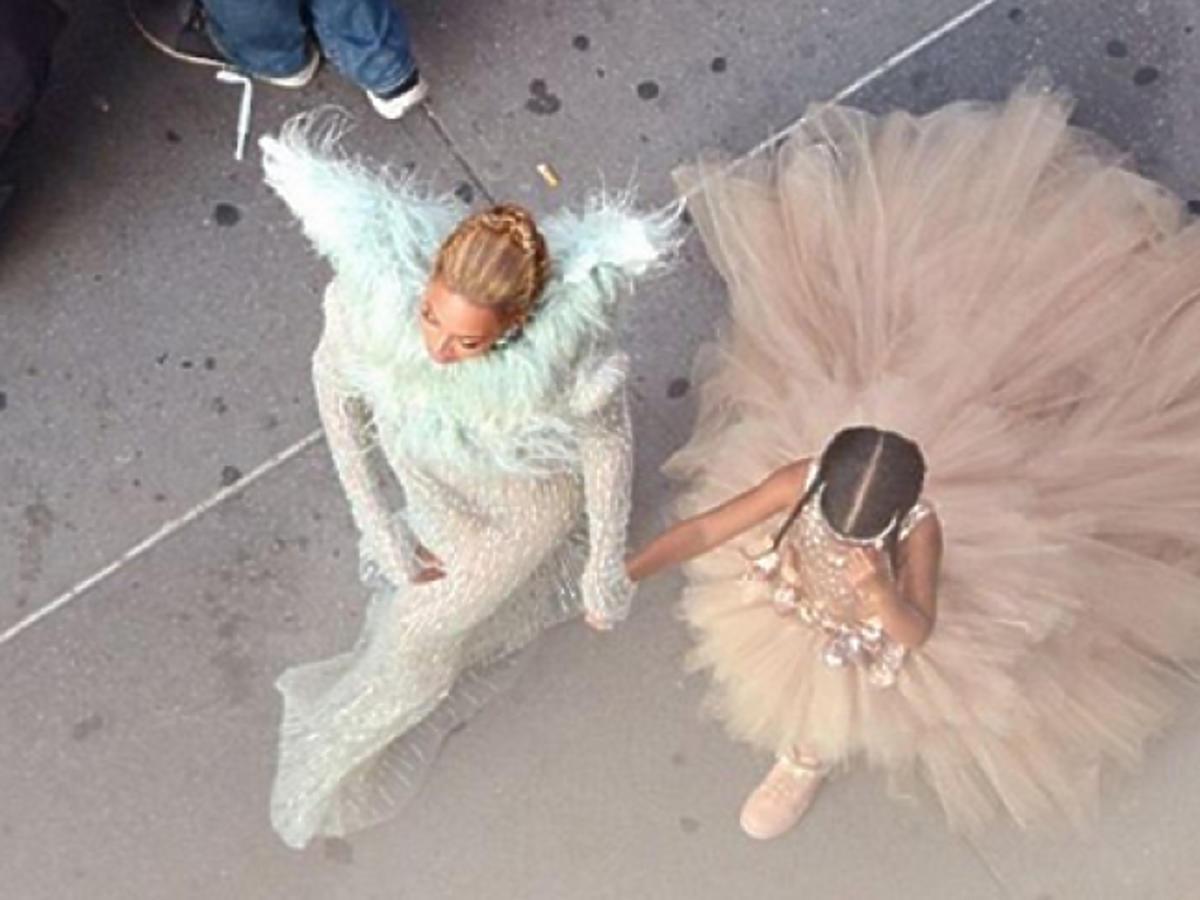 Beyonce, Blue Ivy w pudrowych kreacjach