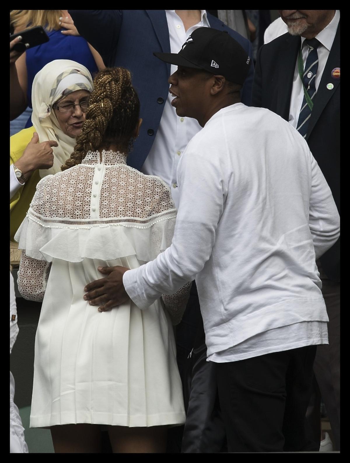 Beyonce tyłem w białej sukience