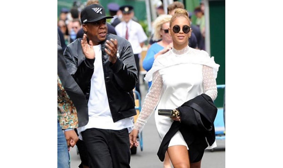 Beyonce w białej koronkowej sukience idzie z mężem