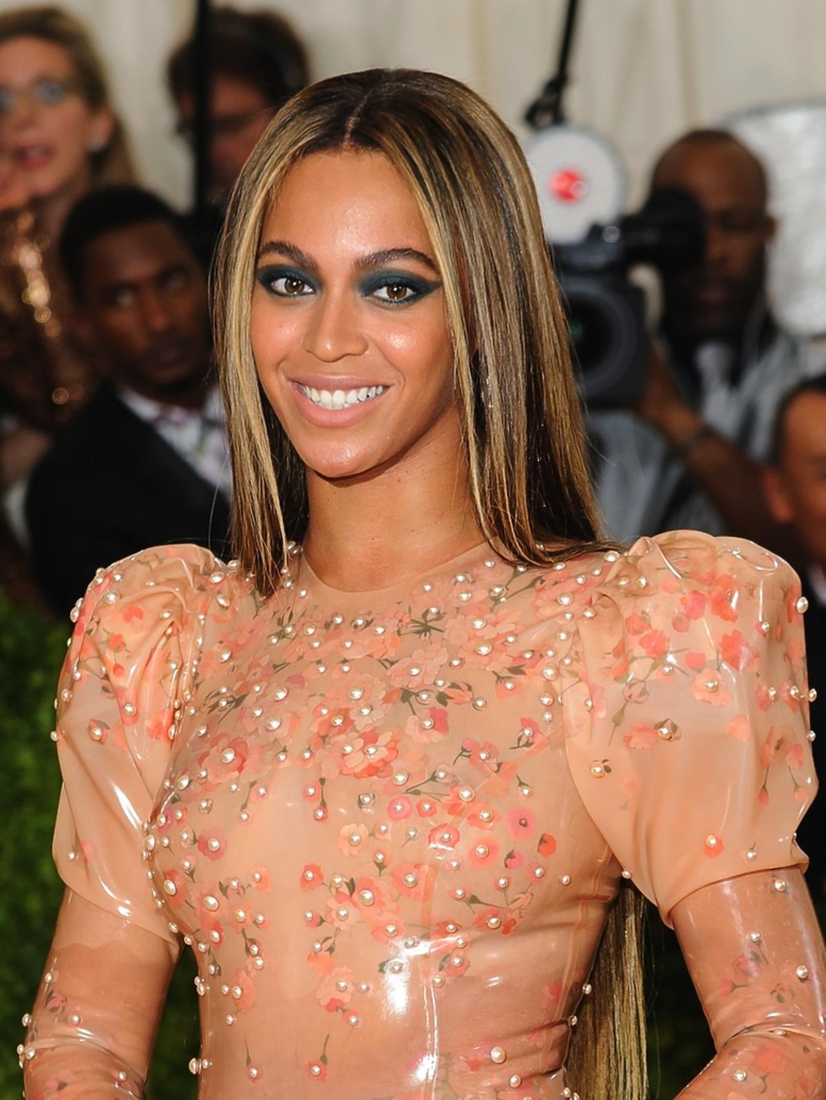 Beyonce w cielistej sukni i z niebieskimi powiekami