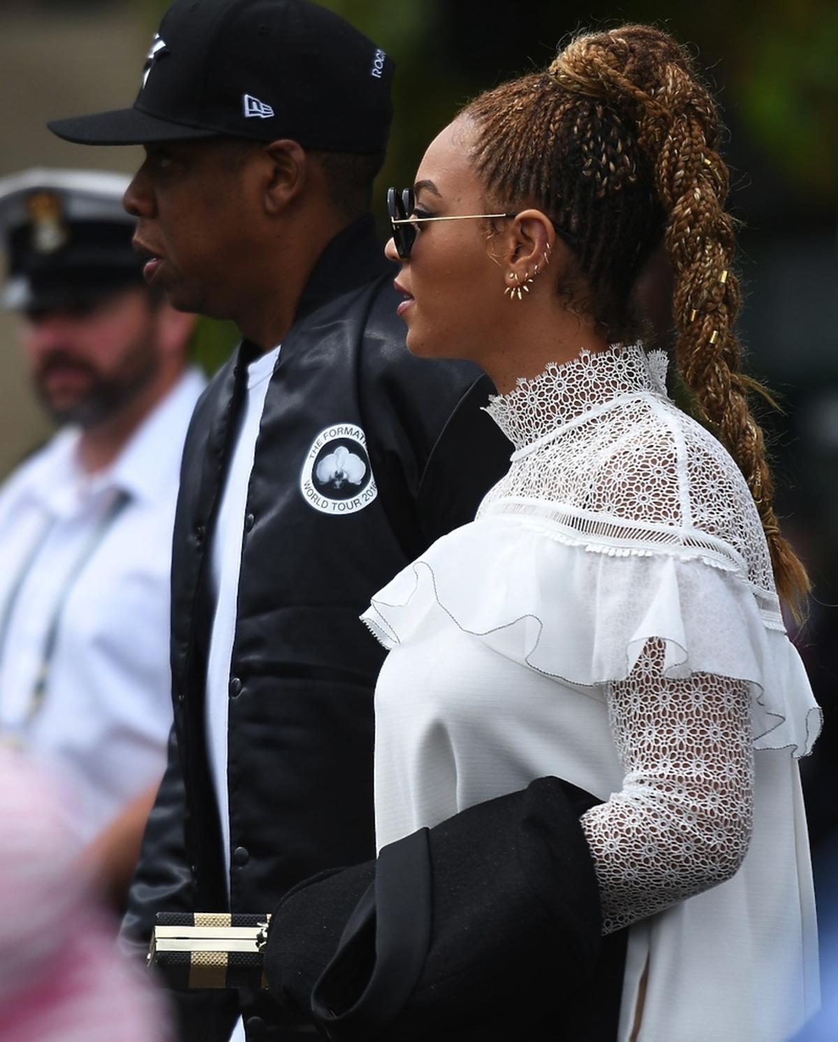 Beyonce z mężem w białej zabudowanej sukience i warkoczyku