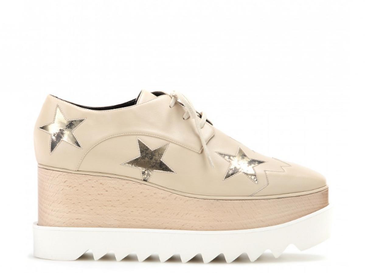 beżowe buty w gwiazdki na drewnianym koturnie