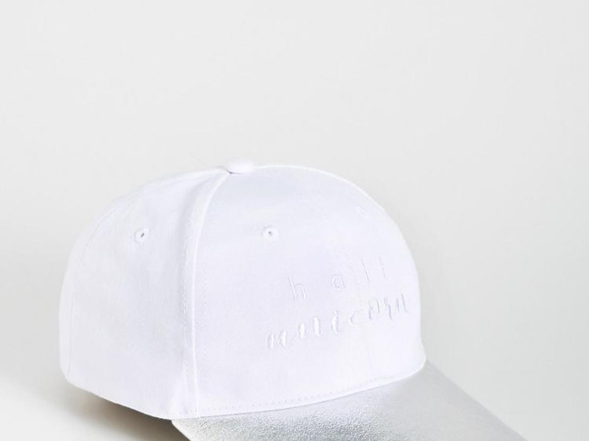 biała czpka z e srebrnym daszkiem z Sinsay
