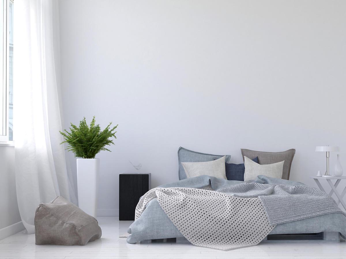 Biała ściana, białe łóżko