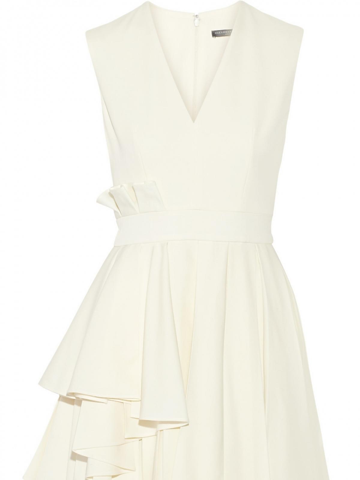biała sukienka z falbanami