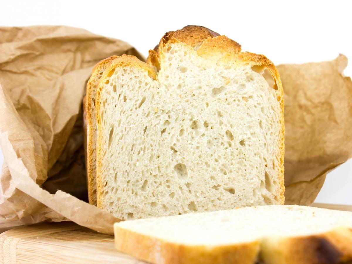 Biały chleb - kromka i bochen