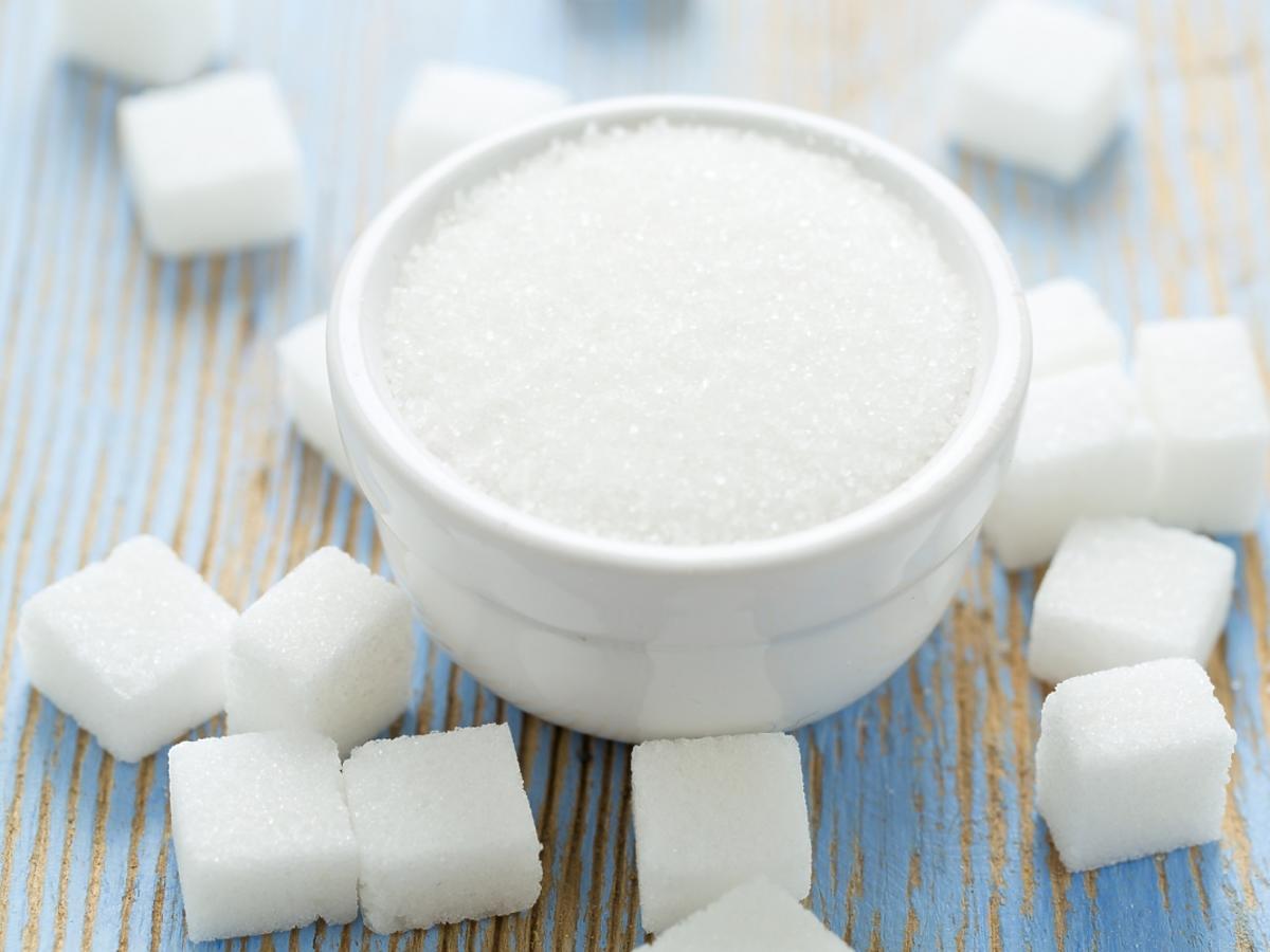 Biały cukier w kostkach i sypki