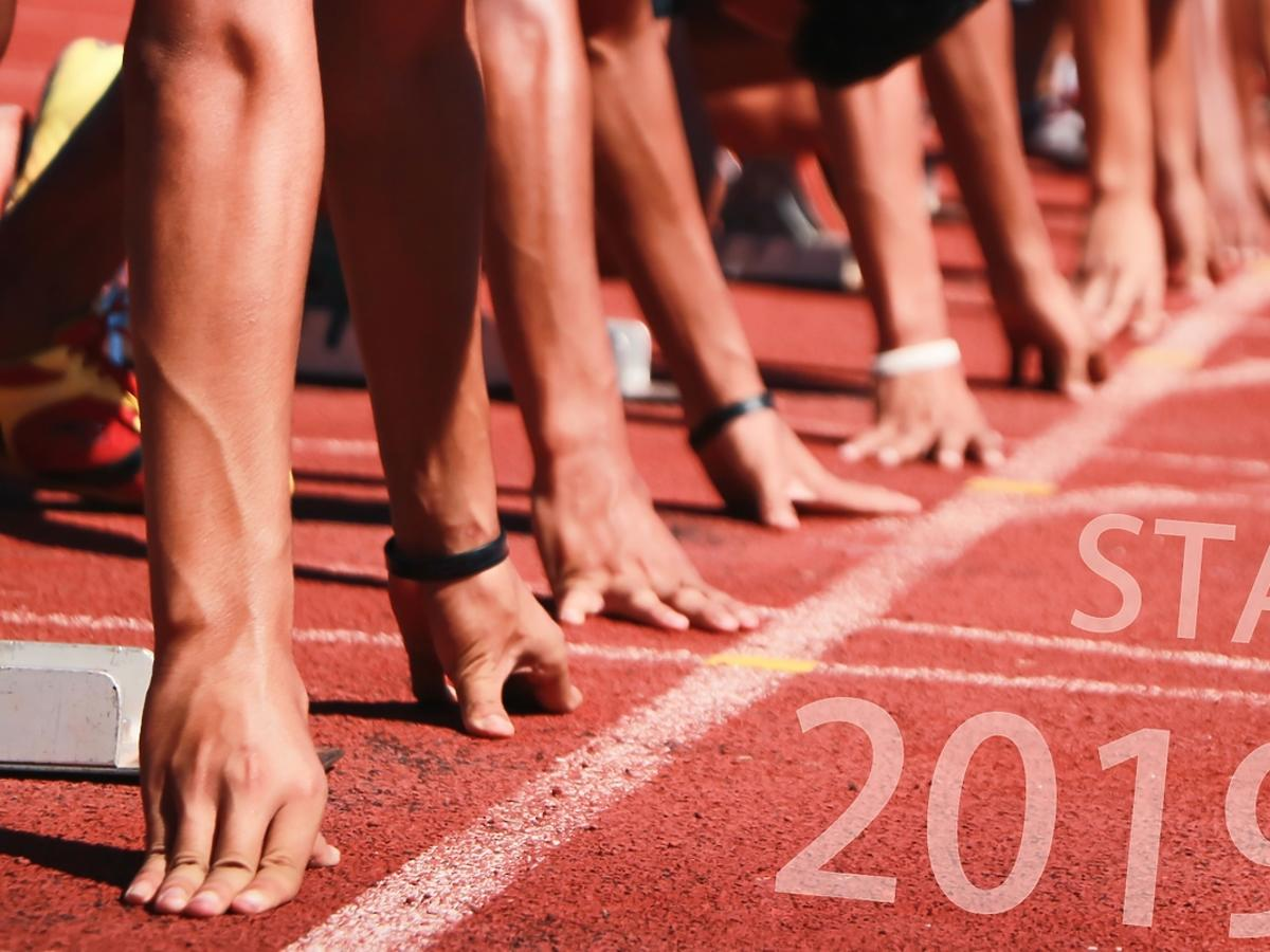 biegacze na bieżni z napisem 2019