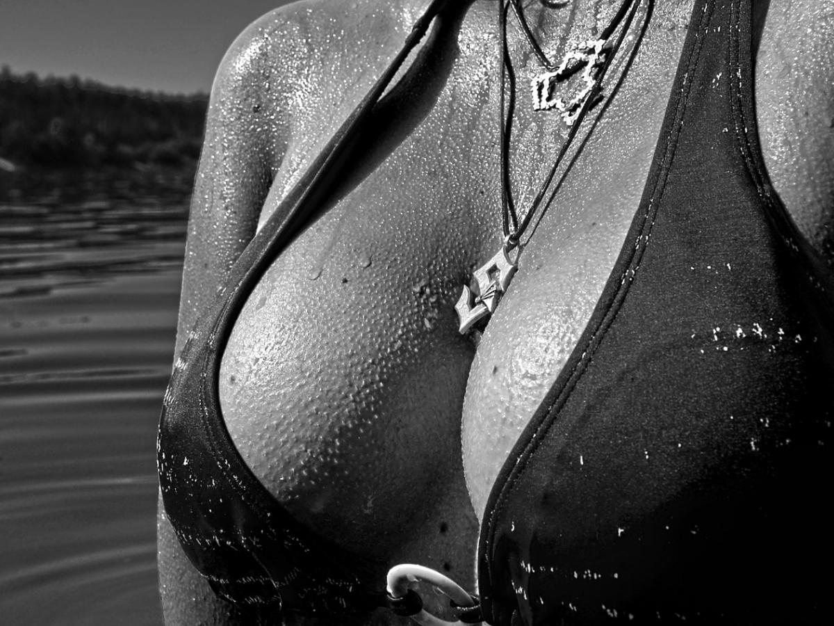 Biust w bikini