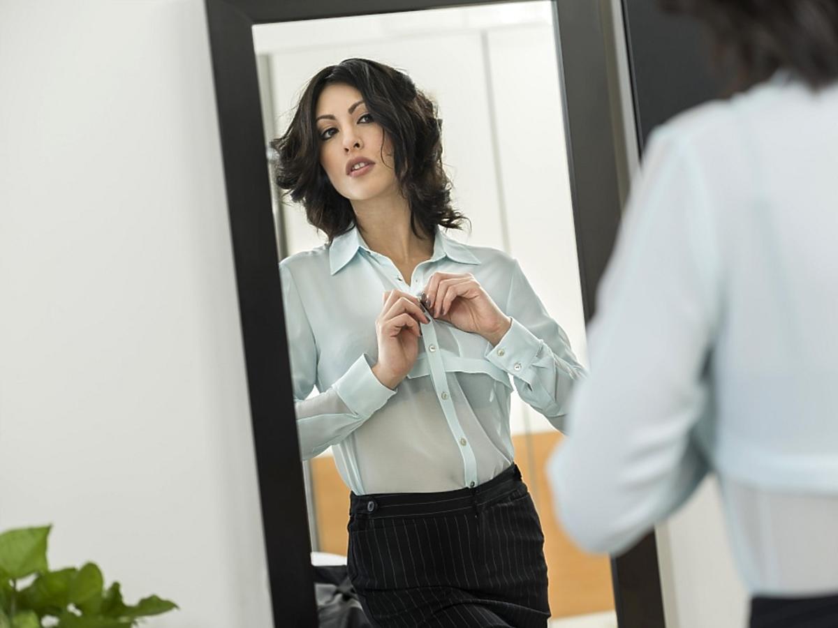 Bizneswoman przed lustrem