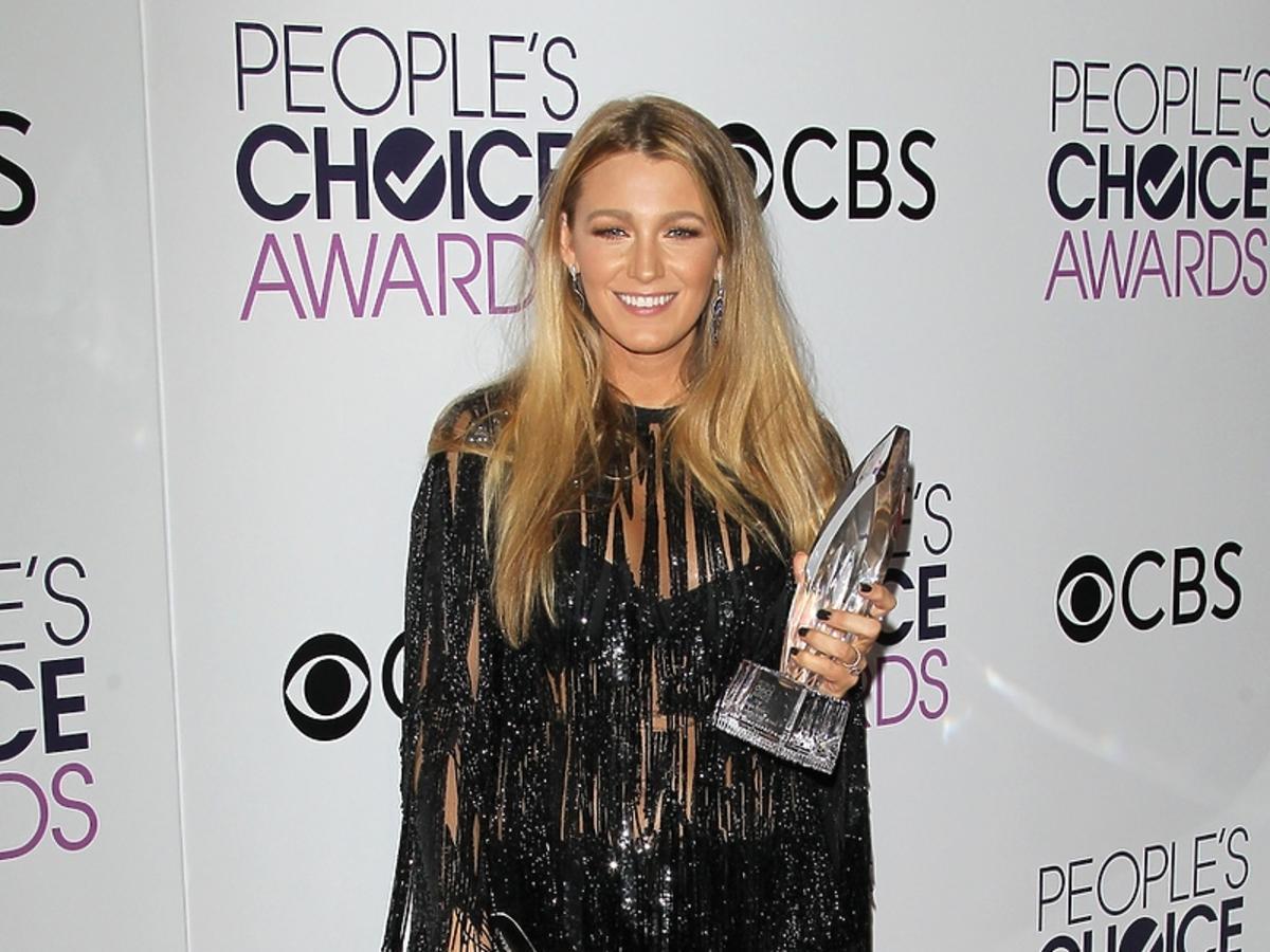 Blake Lively na People's Choice Awards 2017 - mini sukienka nogi, figura