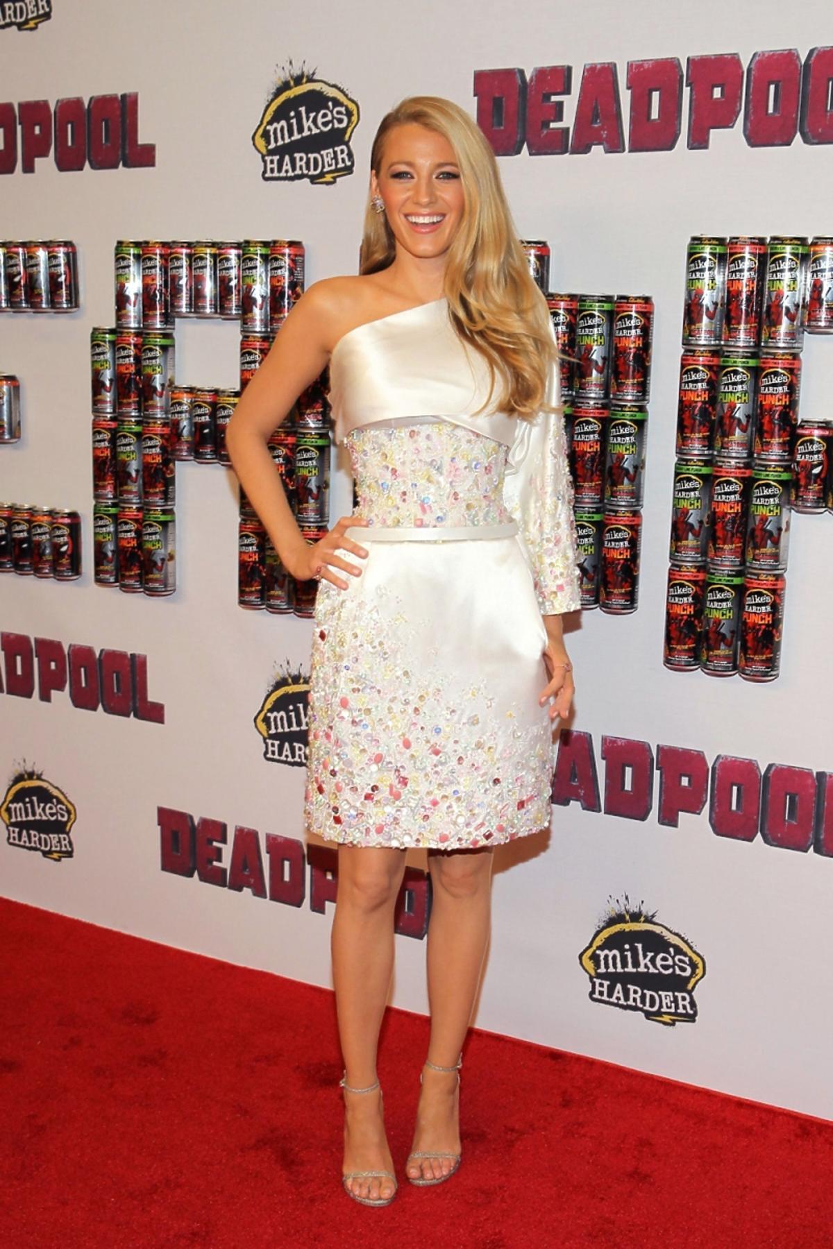Blake Lively w białej krótkiej sukience z koralikami