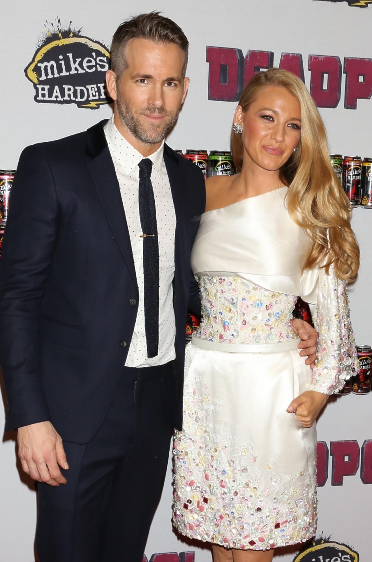 Blake Lively w białej krótkiej sukience z koralikami i Ryan Reynolds w garniturze