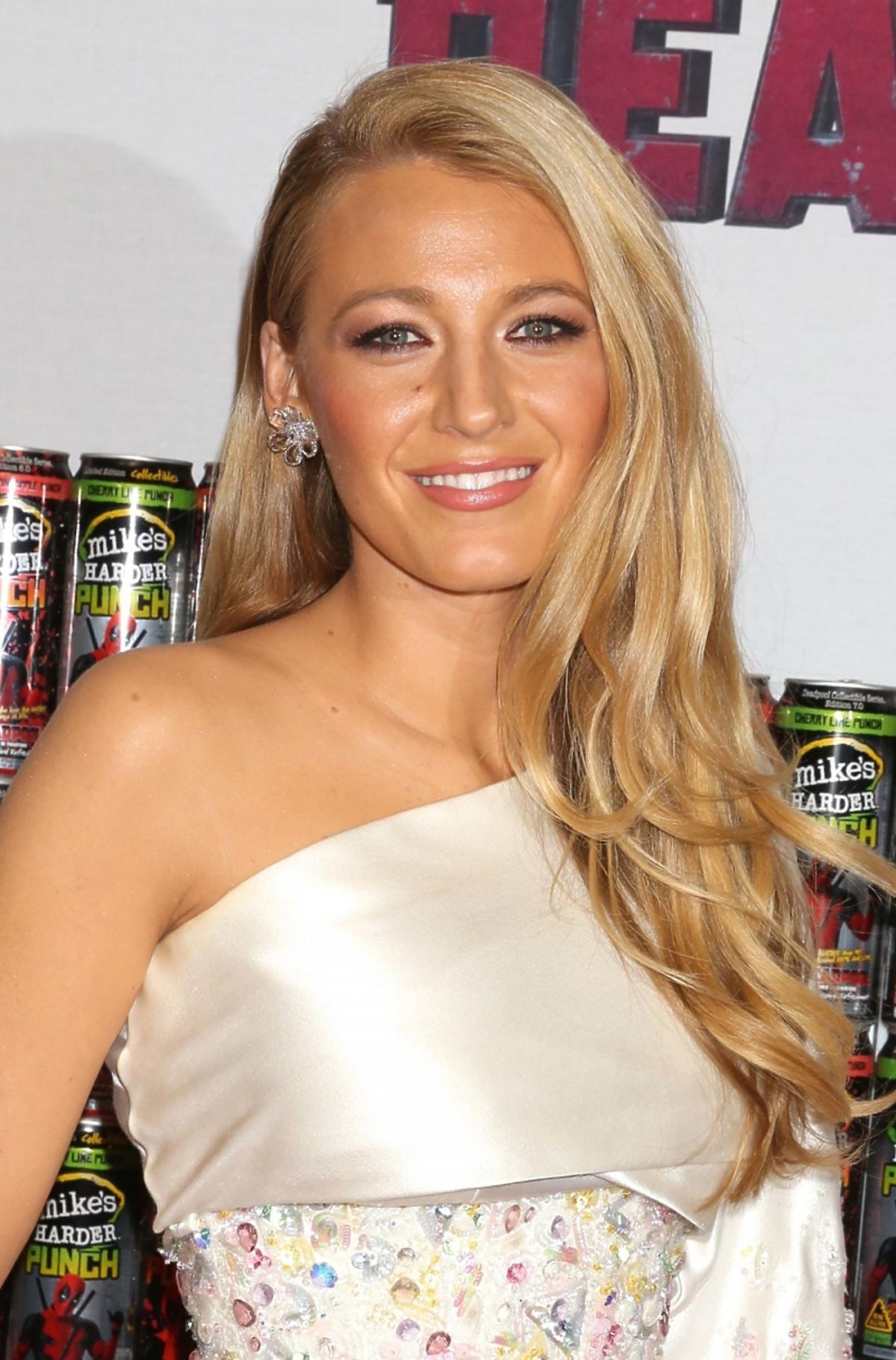 Blake Lively w białej sukience i rozpuszczonych włosach