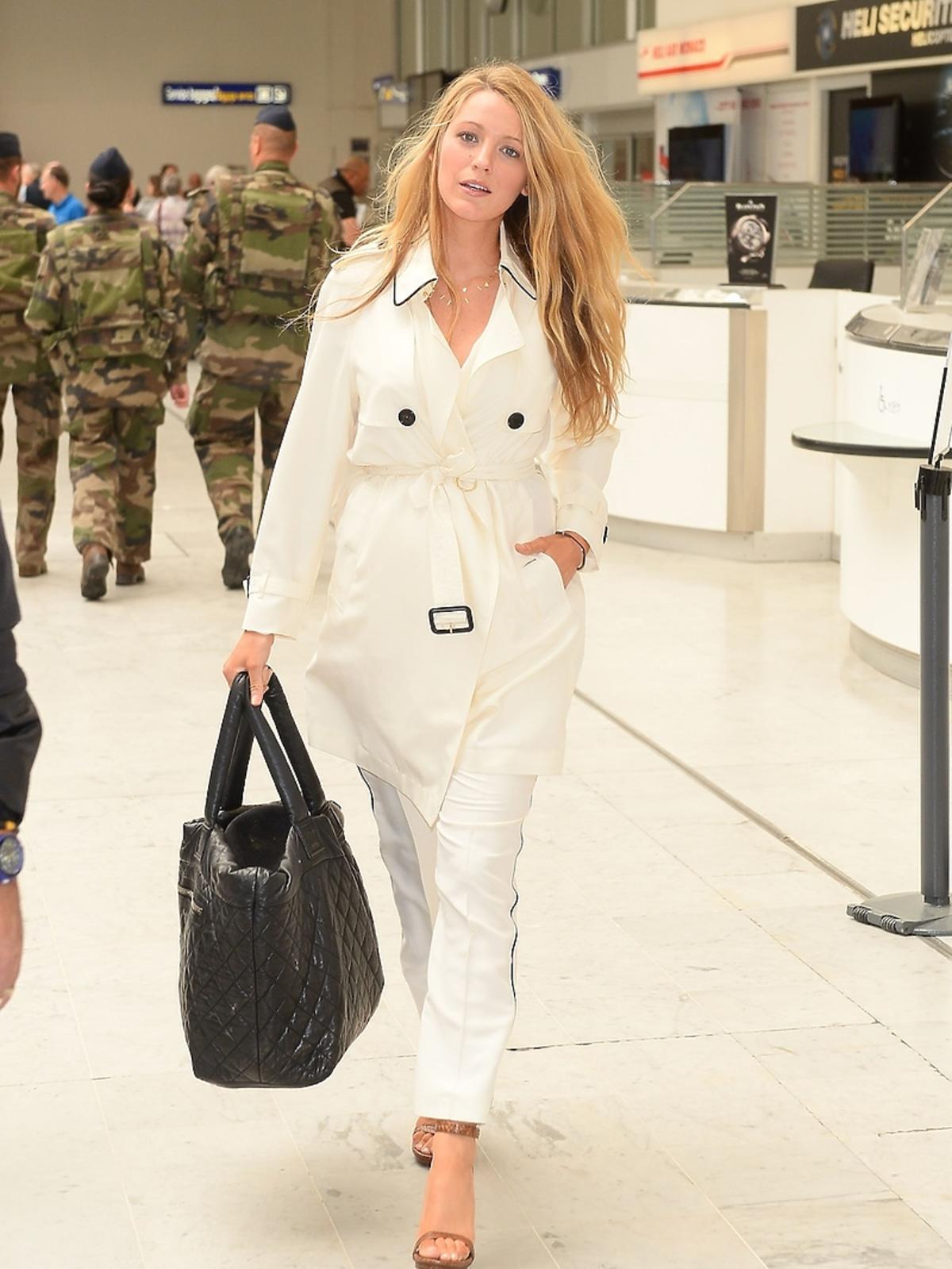 Blake Lively w białym płaszczu i spodniach