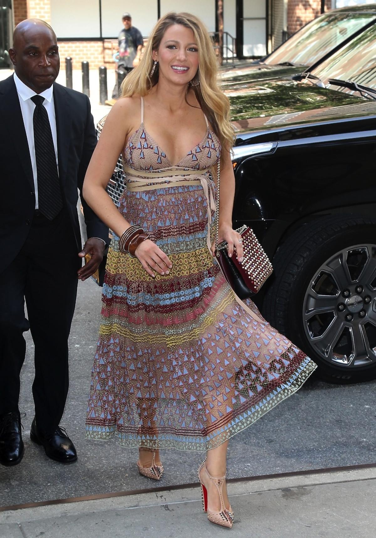 Blake Lively w kolorowej letniej sukience