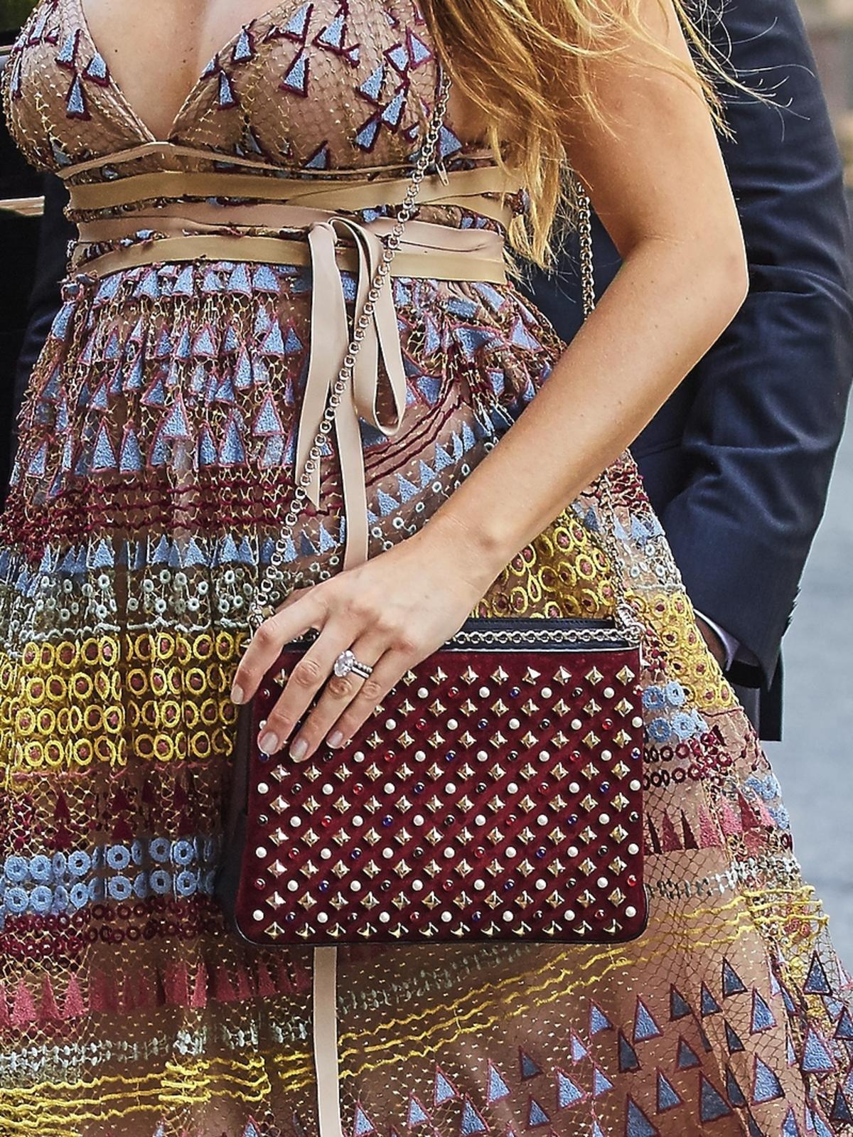 Blake Lively w sukience z dekoltem i torebką bordową