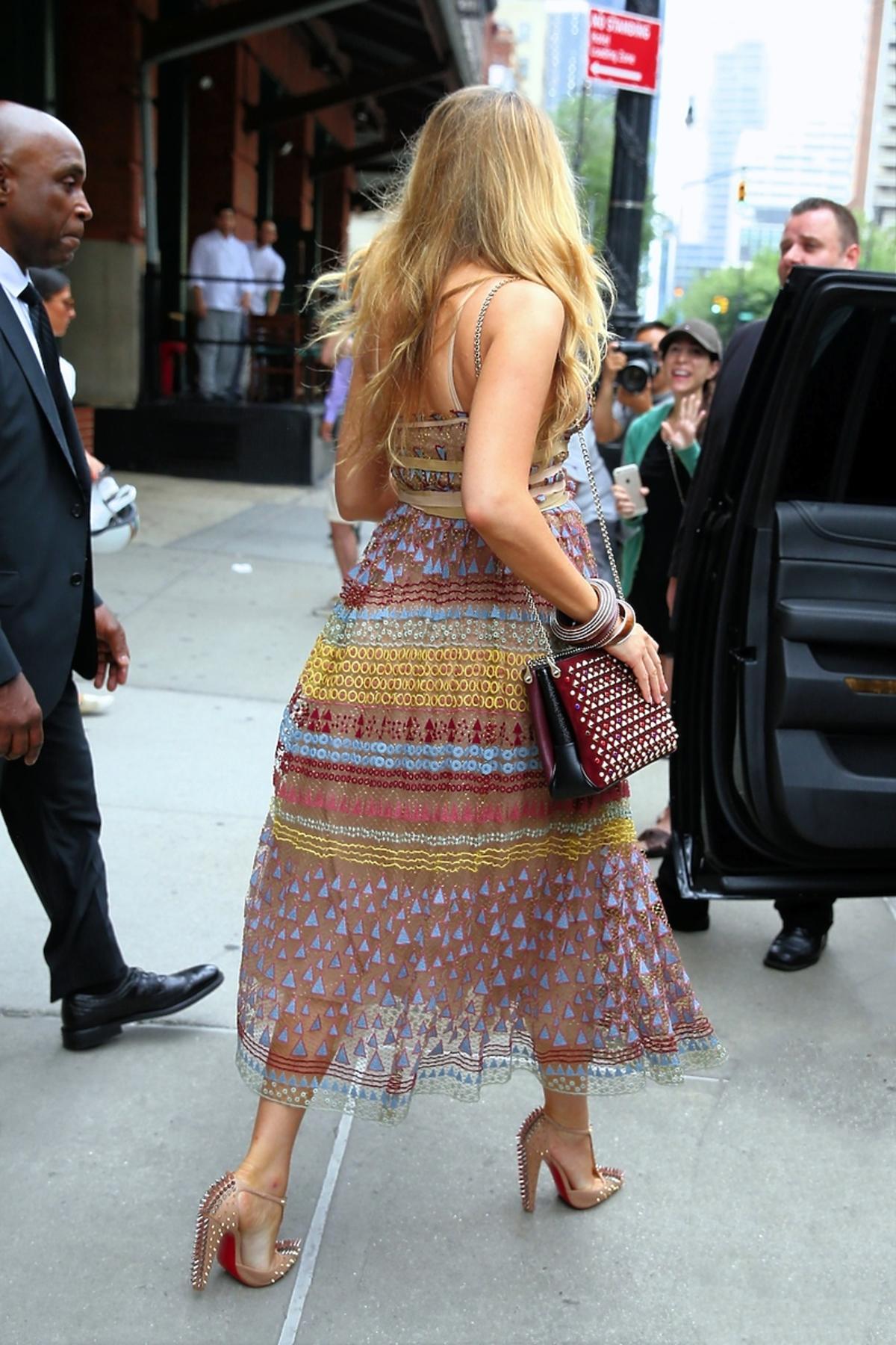 Blake Lively w zwiewnej wzorzystej sukience idzie po ulicy