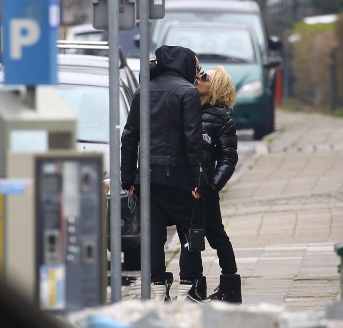 Blanka Lipińska i Baron całują się na ulicy