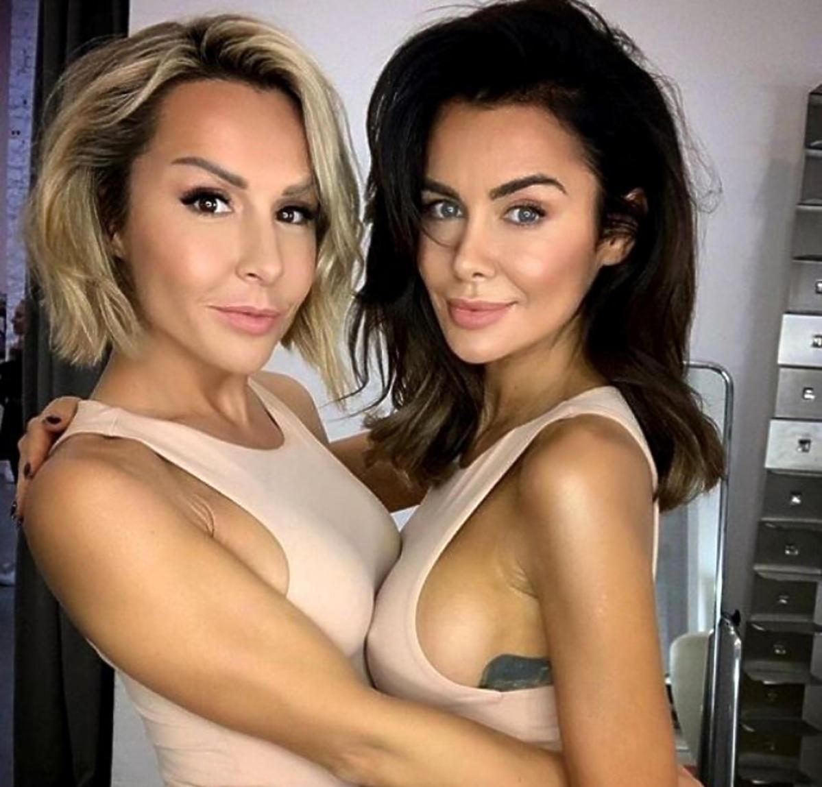 Blanka Lipińska i Natalia Siwiec w jasnych koszulkach