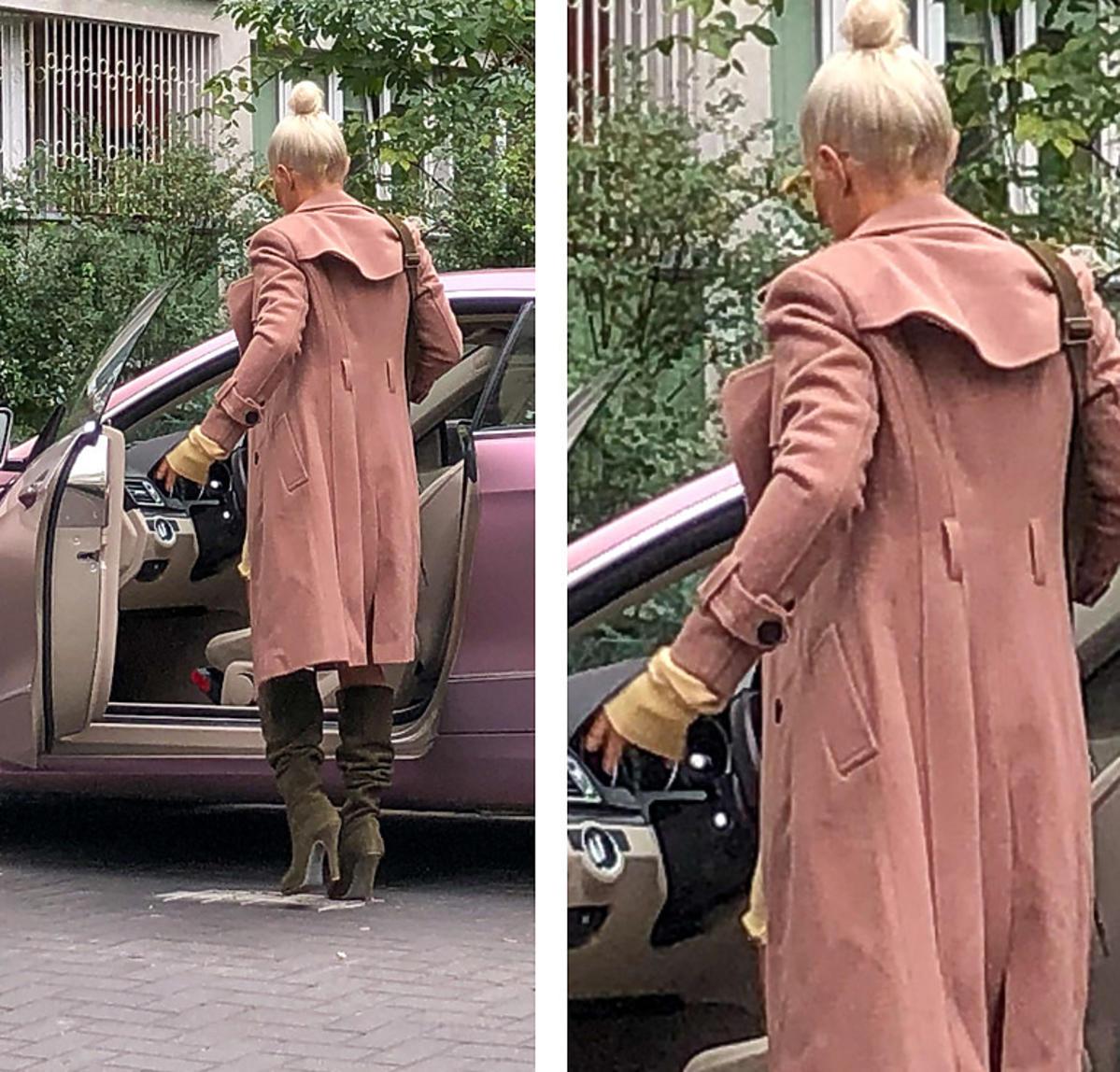 Blanka Lipińska w beżowym płaszczu i seksownych kozakach