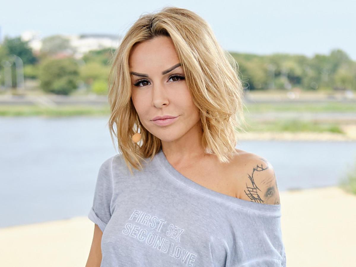 Blanka Lipińska w szarej koszulce