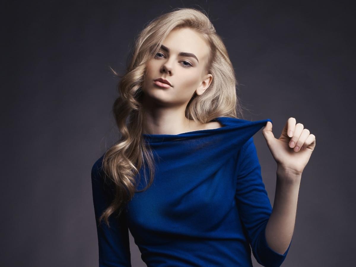 Blondynka o fikurze klepsydry w dopasowanej sukience