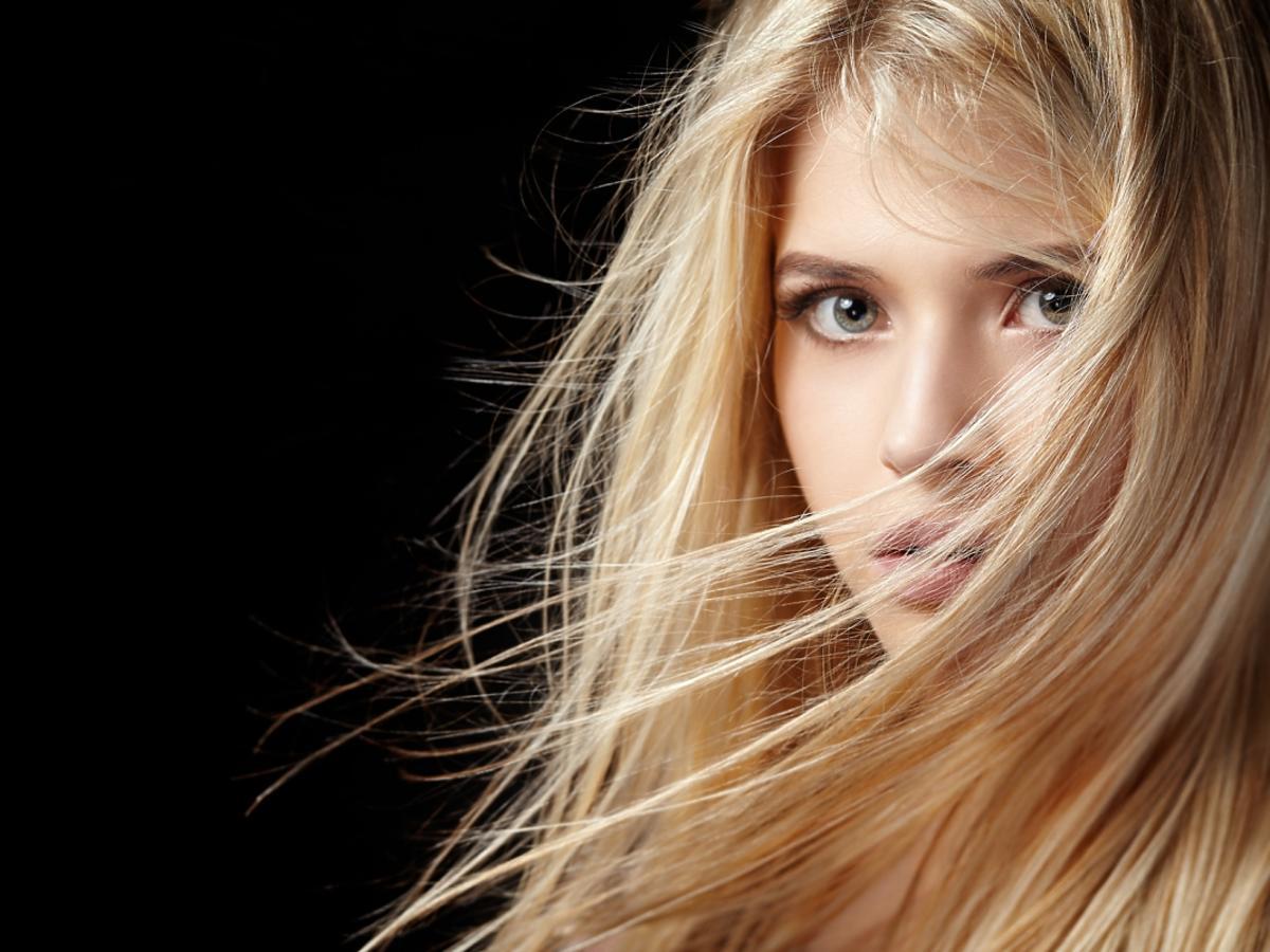blondynka uśmiecha się