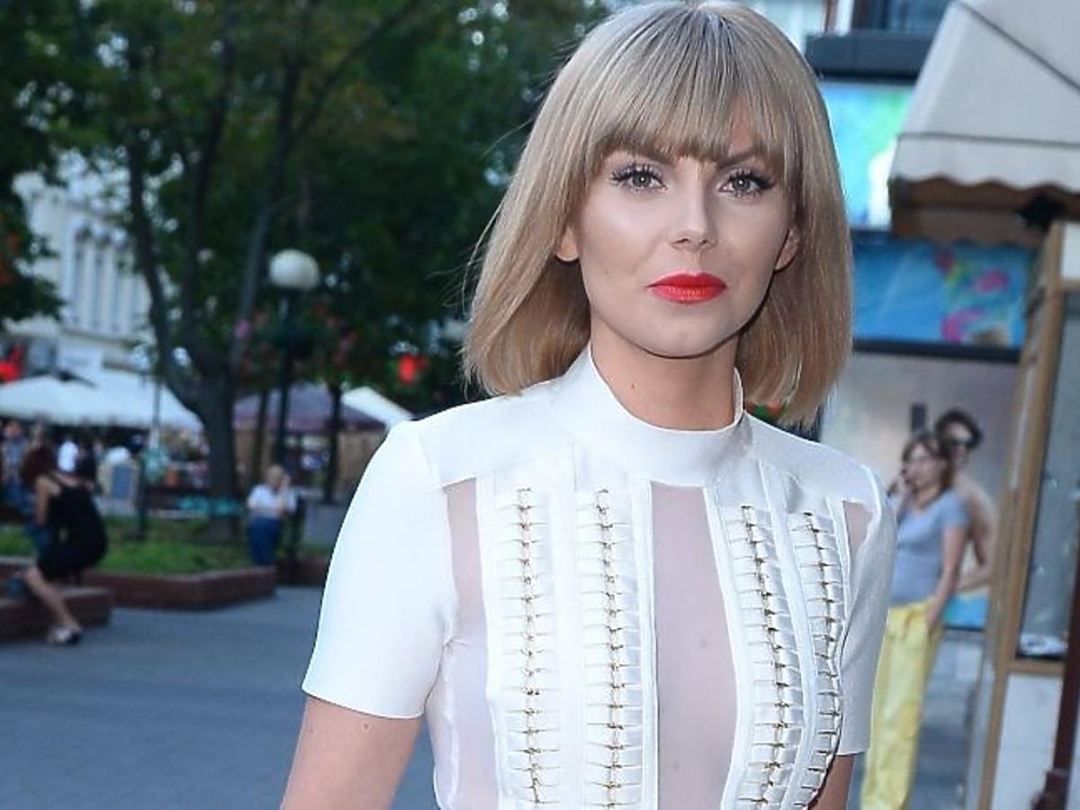 Blondynka w białej sukience z czerwonymi ustami
