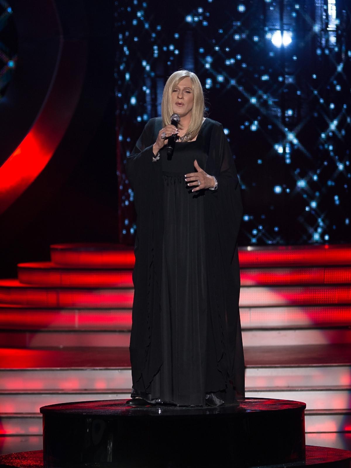 Blondynka w czarnej sukni