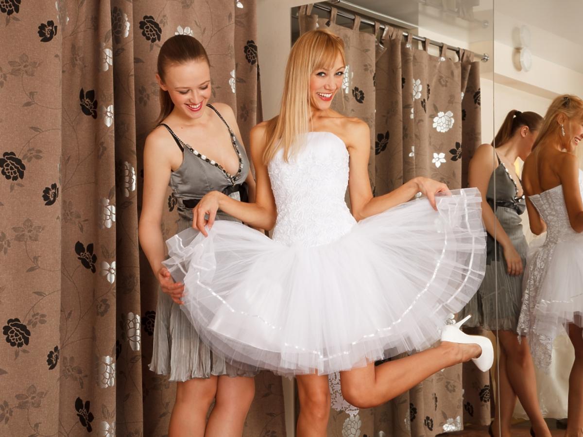 blondynka w krótkiej sukni ślubnej