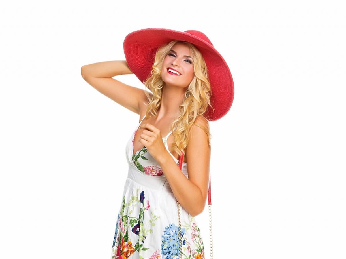 Blondynka w letniej sukience w kwiaty