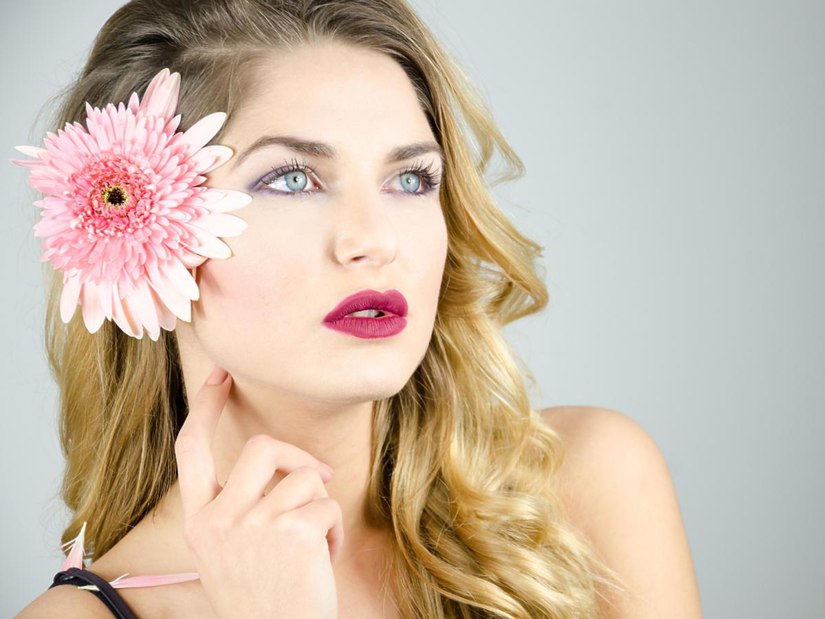 blondynka z kwiatkiem we włosach i ombre