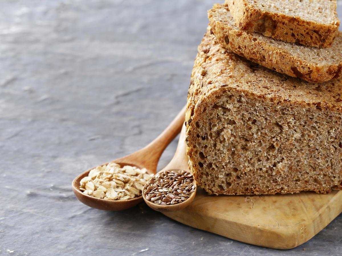 Bochenek chleba razowego.