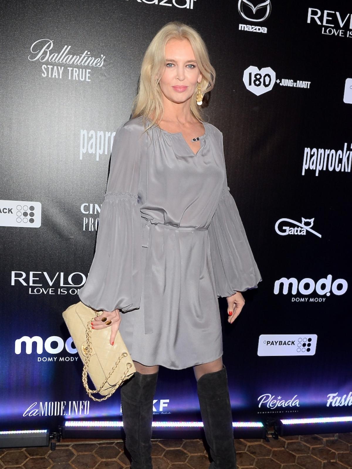 Bogna Sworowska w szarej, połyskującej sukience LookBook
