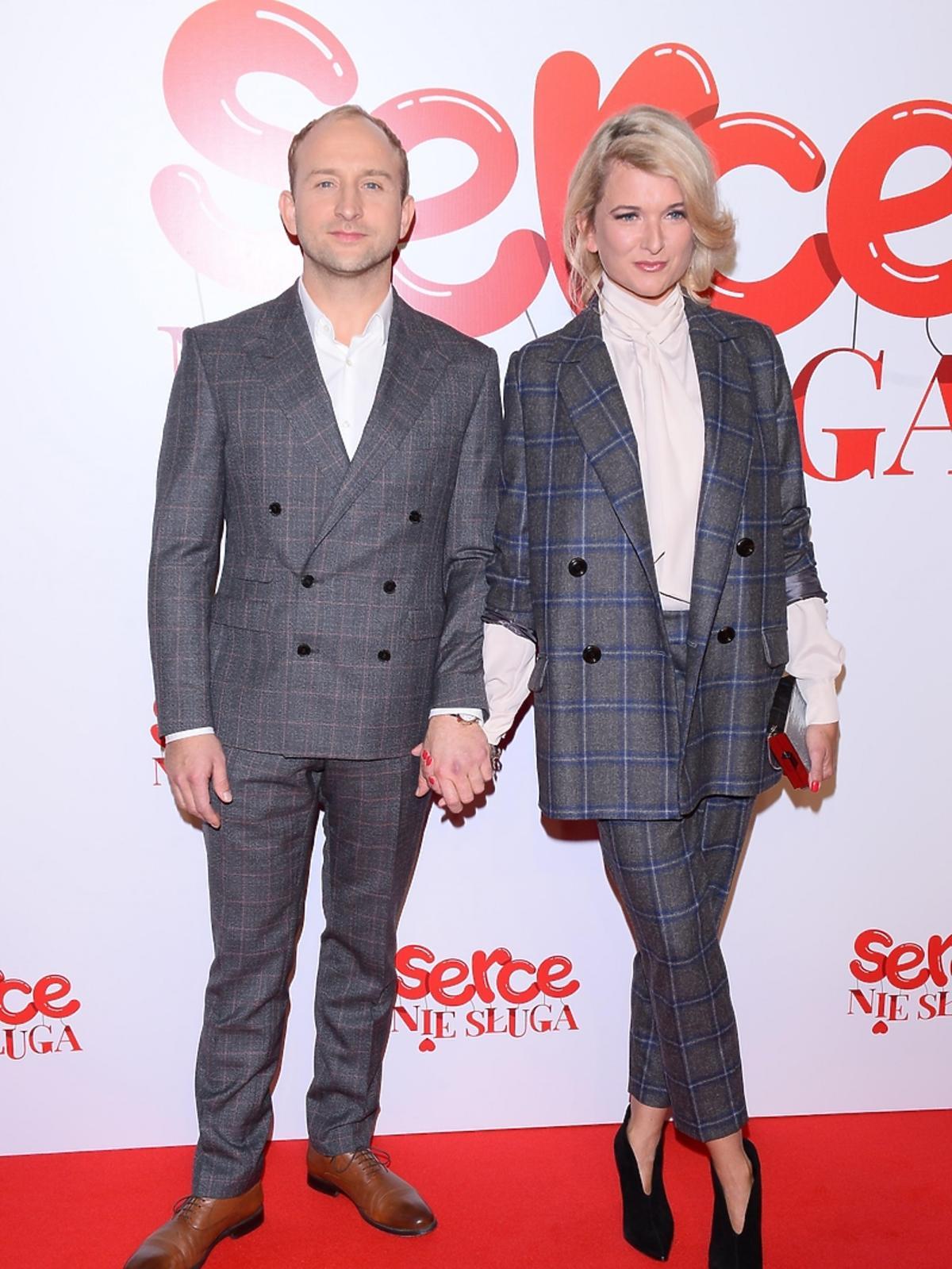 Borys Szyc z partnerką na premierze filmu