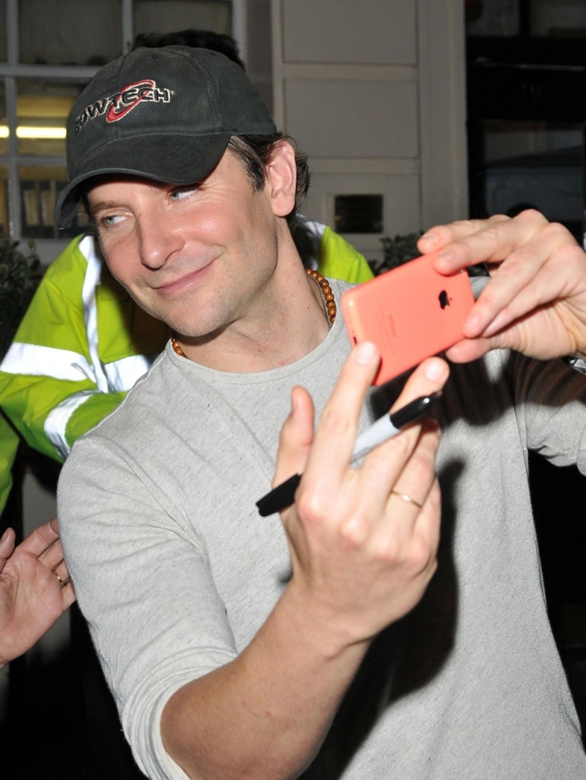 Bradley Cooper rozdaje autografy
