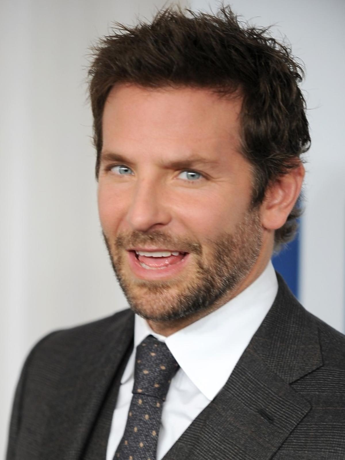 Bradley Cooper w garniturze