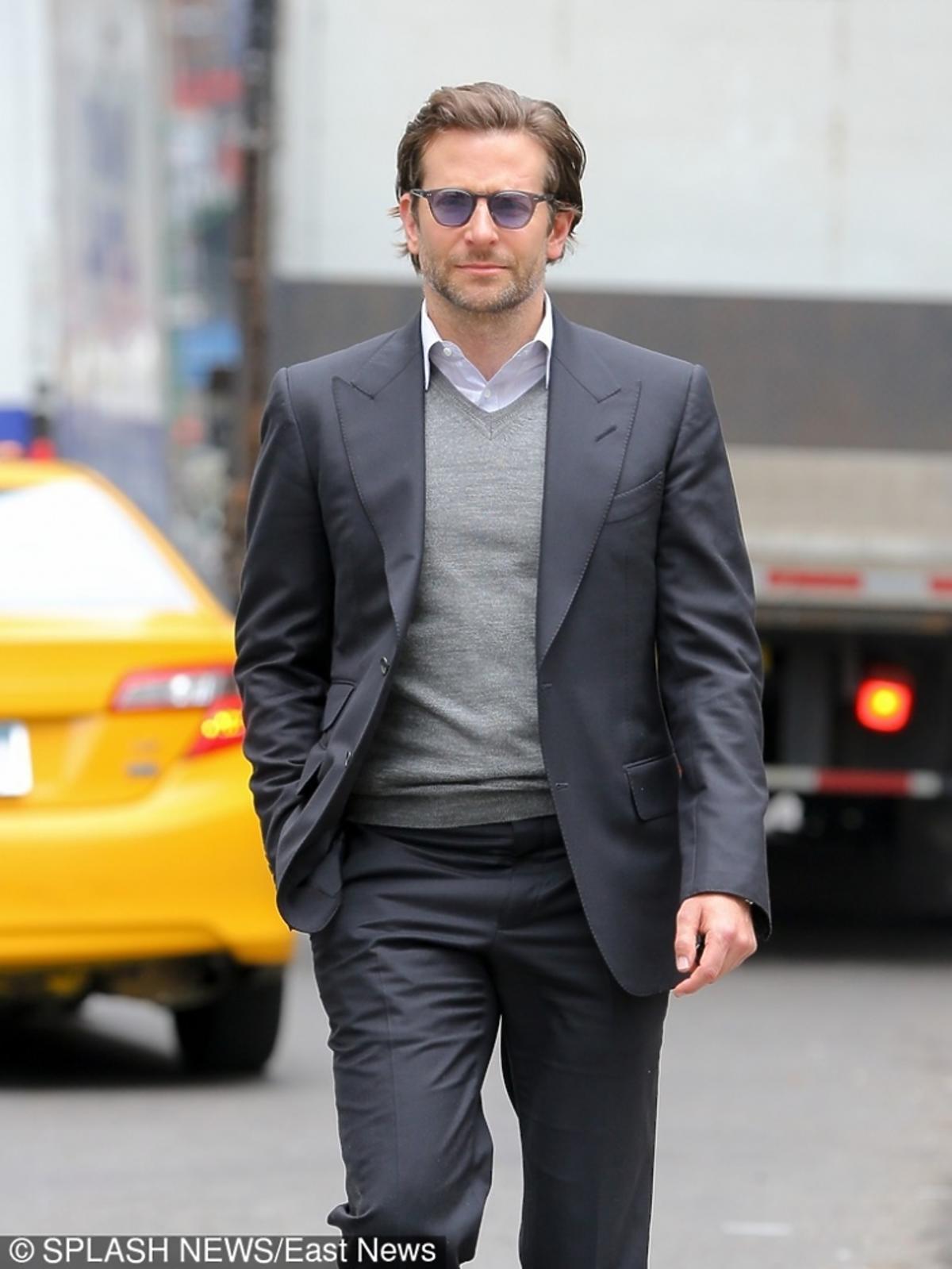 Bradley Cooper w szarej marynarce