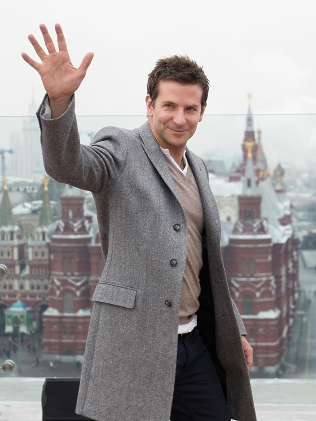 Bradley Cooper w szarym płaczu