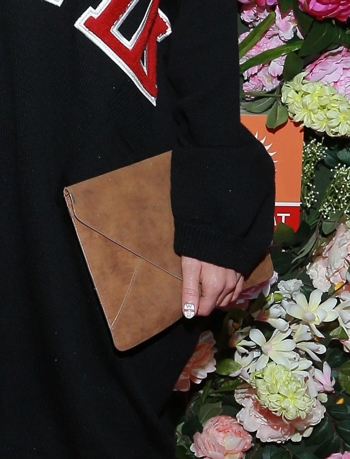 Brązowa torebka w ręce Zosi Zborowskiej