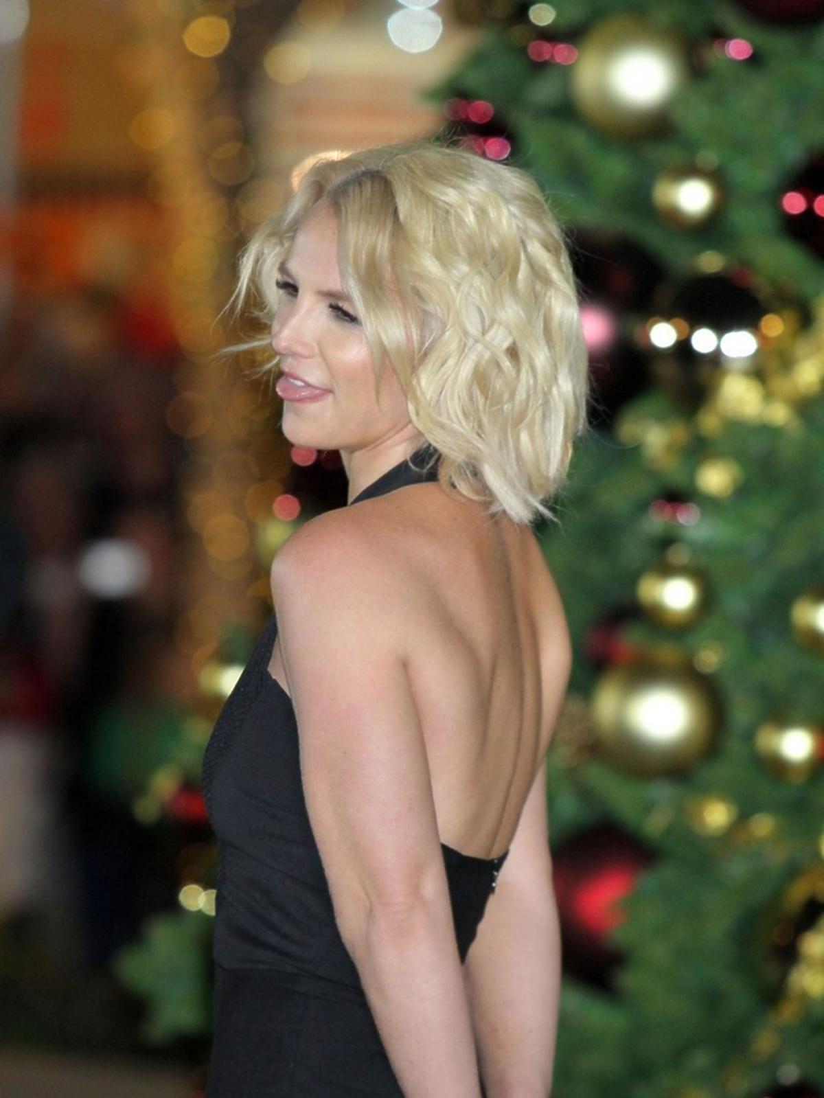 Britney Spears w sukience z odkrytymi plecami