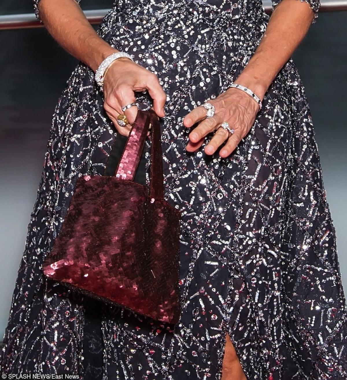 brokatowa bordowa torebka i srebrna sukienka
