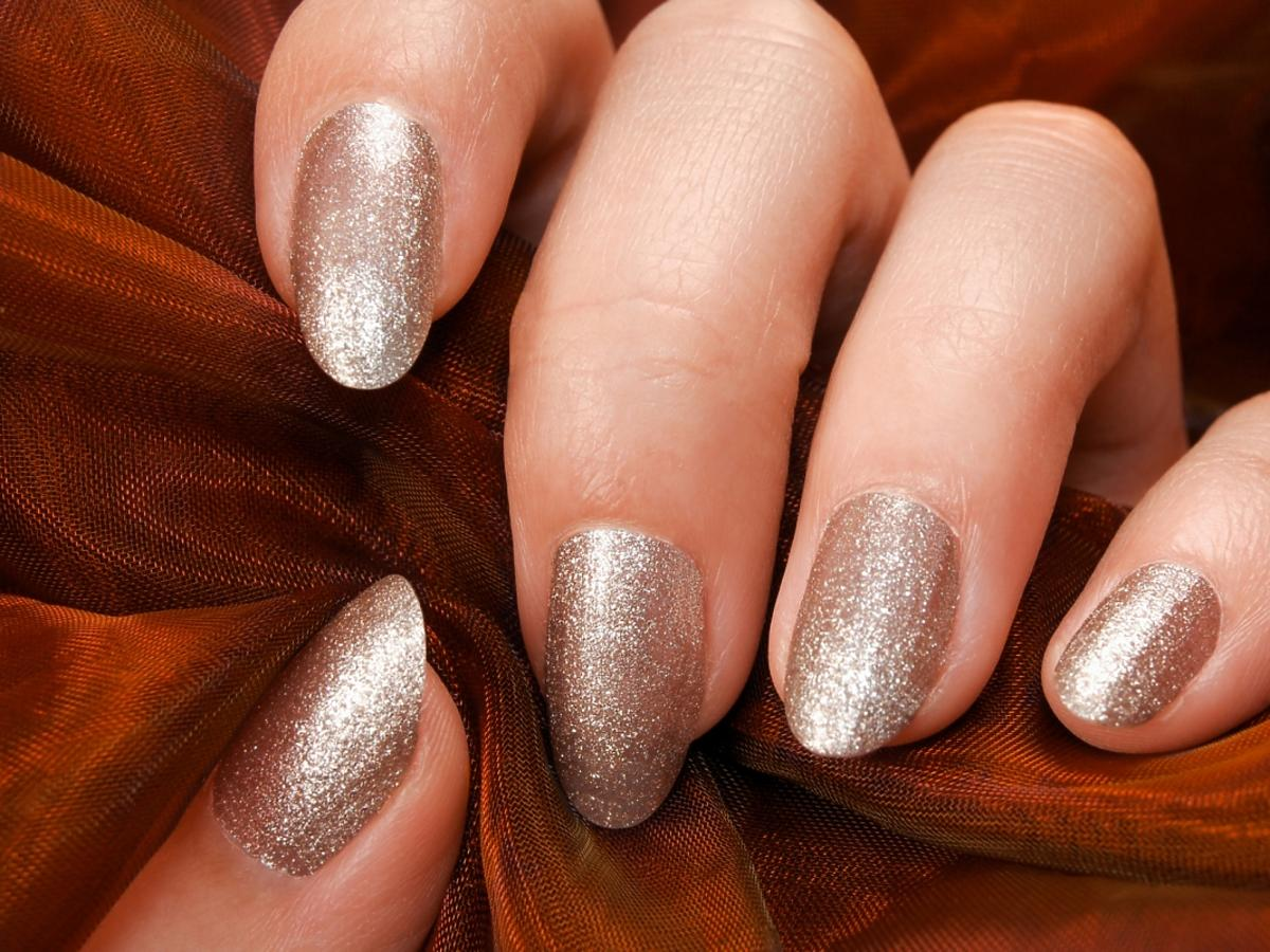brokatowy manicure