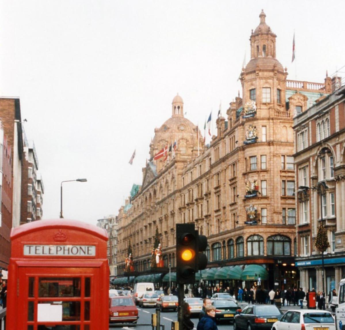 Brompton Road, dzielnica Knightsbridge, Londyn, Wielka Brytania, ok. 1997. Po prawej widoczny luksusowy dom towarowy
