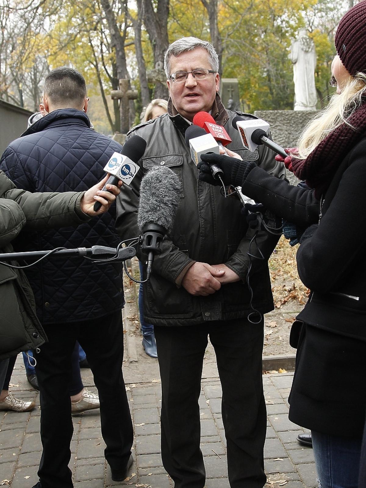 Bronisław Komorowski podczas kwesty artystów na Powązkach