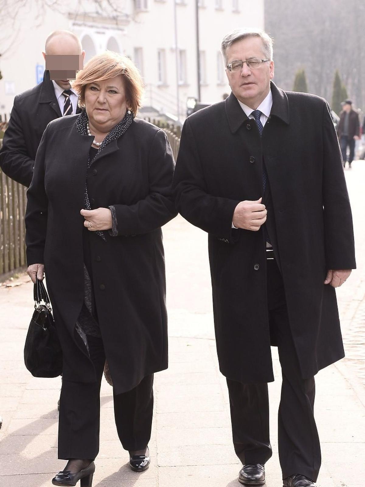 Bronisław Komorowski z żoną na pogrzebie Danuty Szaflarskiej