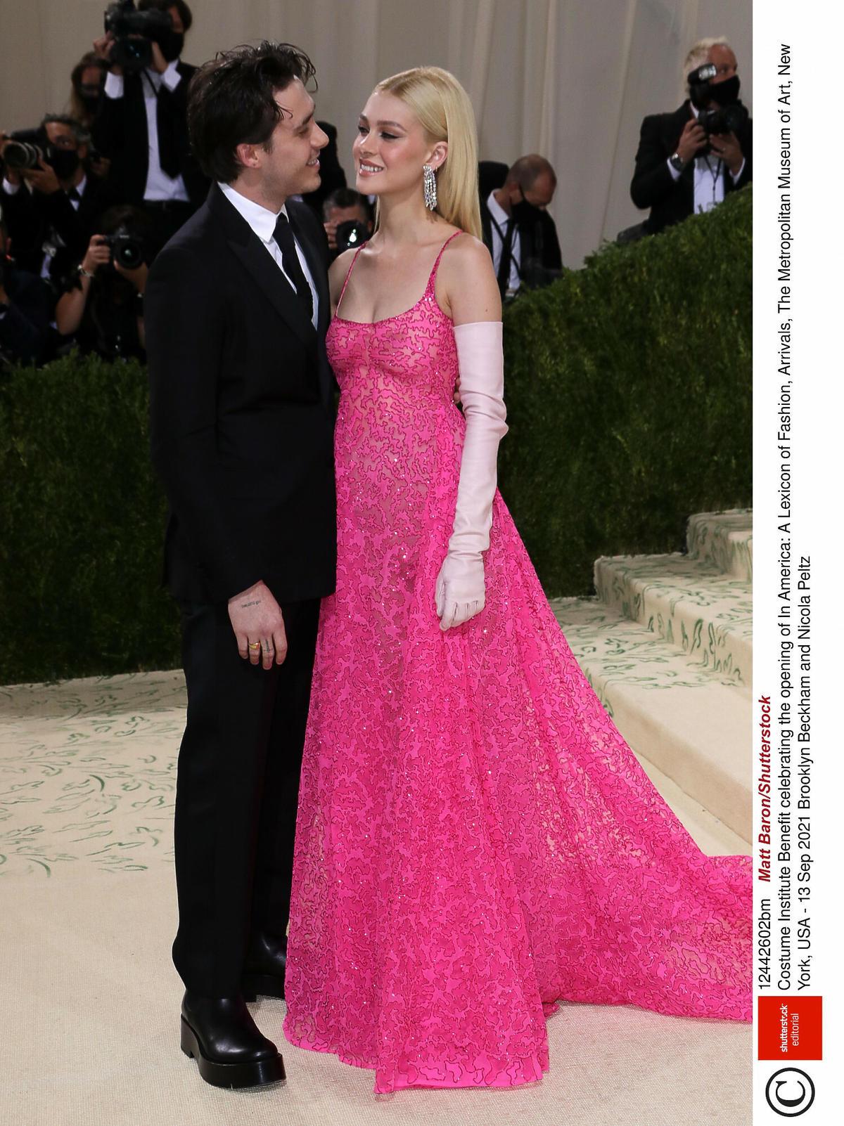 Brooklyn Beckham i Nicole Peltz w różowej sukni na MET Gali